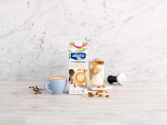 Alpro introduceert opschuimbare amandeldrank voor koffie