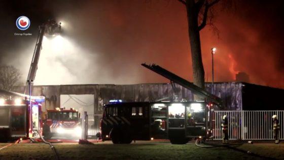 Brand verwoest bedrijfshal Royal Steensma (video)