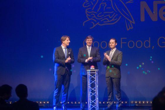 Koning Willem-Alexander opent babyvoedingsfabriek