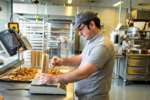Koekfabriek neemt mensen aan zonder sollicitatie